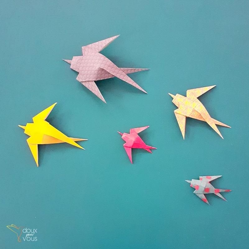 Vol de 5 hirondelles. Origamis de 2 tailles différentes.