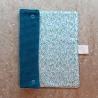 Essuie-tout lavable, composé de 2 tissus : un nid d'abeille bleu, un coton motif triangles aléatoires.